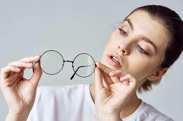 פלוס-מינוס במשקפיים: מה זה בכלל אומר?